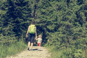 mother and daughter hike on the woods. Learn mindful parenting for a single parent in Scotch Plaines, NJ from parenting specialists at Brave Minds Psychological Services